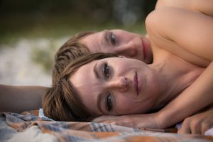 Eine Liebe, die nicht sein darf: Unverhofft kommen sich der 18-jährige Christian (Jonas Nay) und seine neue Englischlehrerin Stella Petersen (Julia Koschitz) heimlich näher und entdecken eine Anziehung zueinander, deren Intensität beide überwältigt.